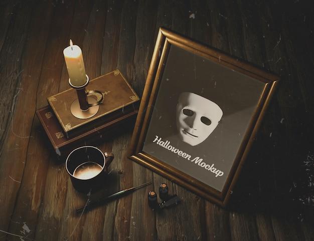 Máscara emoldurada em uma mesa gótica de madeira