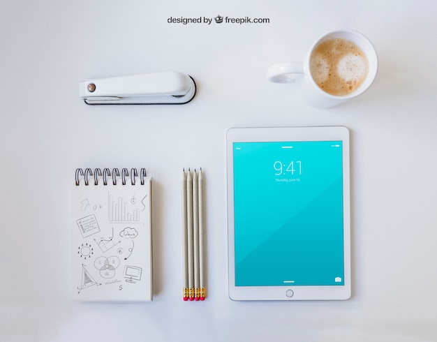 Material de escritório com caneca de café e tablet