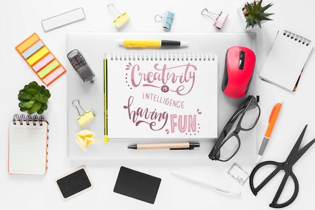 Material de escritório com maquete de notebook