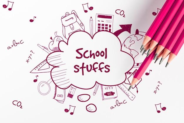 Material escolar doodle esboços e vista superior de lápis rosa