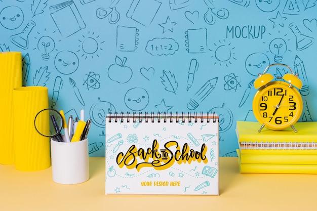 Material escolar e bloco de notas com maquete