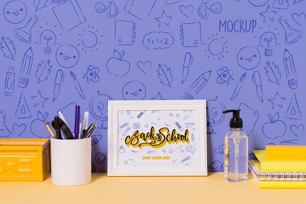 Material escolar e desinfetante para as mãos com maquete