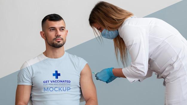 Médica vacinando um homem