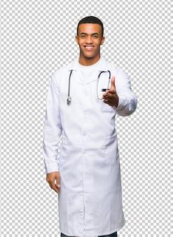 Médico afro-americano jovem agitando as mãos para fechar um bom negócio