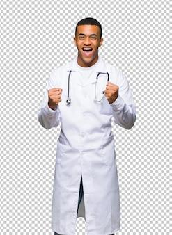 Médico afro-americano jovem comemorando uma vitória na posição de vencedor