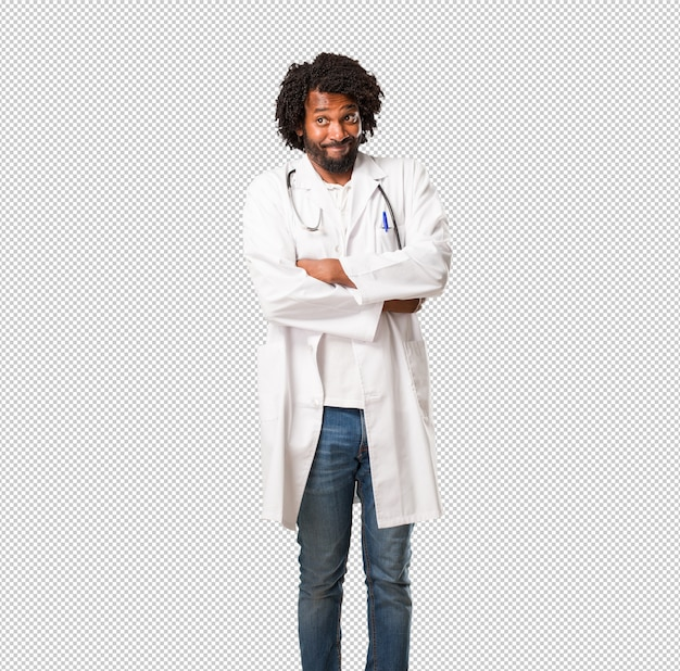 Médico americano africano bonito duvidando e encolher os ombros os ombros, conceito de indecisão e insegurança, incerto sobre algo