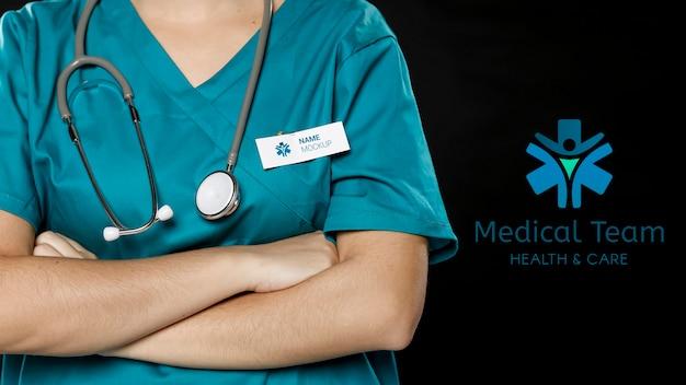 Médico com estetoscópio e crachá do dia do trabalho