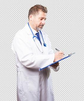 Médico homem com um inventário