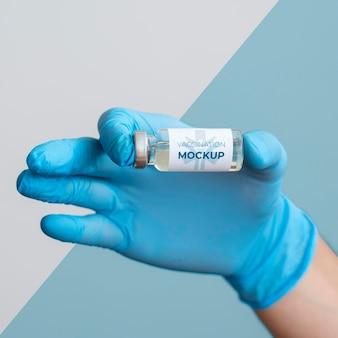 Médico segurando um frasco de vacina