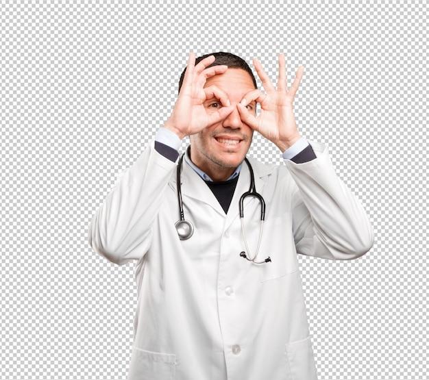 Médico surpreso com gesto de busca contra o fundo branco