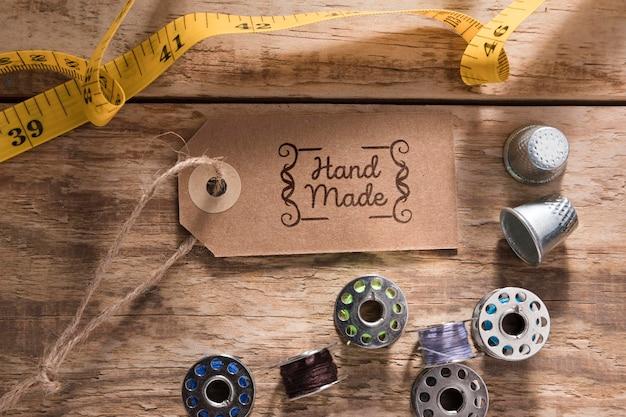 Medidor de costura plana leigos na mesa de madeira