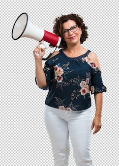Meio envelhecida mulher excitada e eufórica, gritando com um megafone