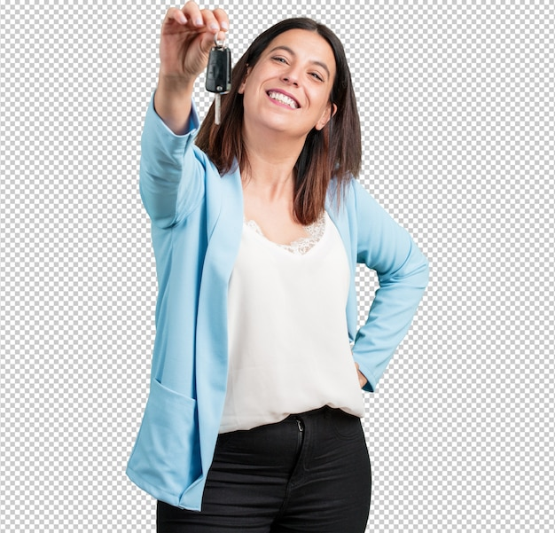 Meio envelhecida mulher feliz e sorridente, segurando as chaves do carro, confiante