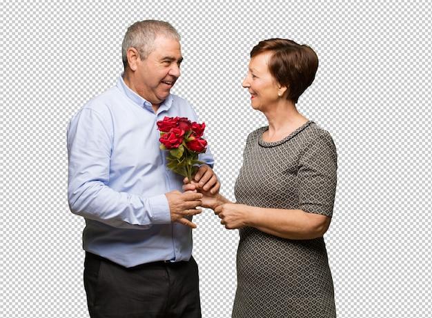 Meio envelhecido casal comemorando o dia dos namorados