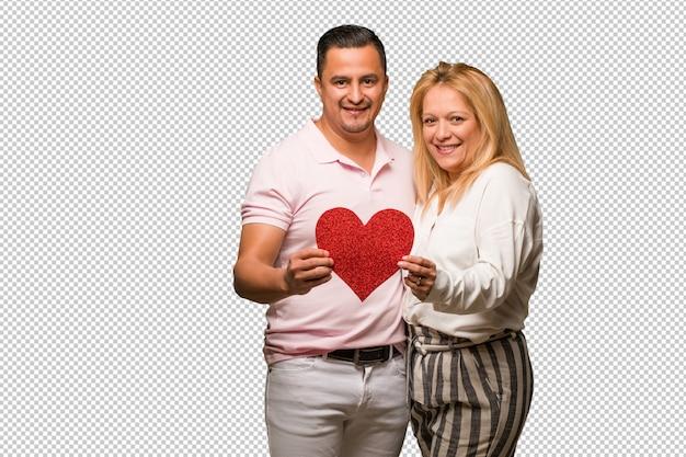 Meio envelhecido casal latino comemorando o dia dos namorados