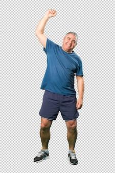 Meio envelhecido homem fazendo gesto vencedor corpo inteiro