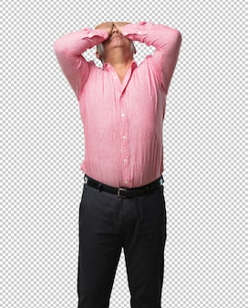 Meio envelhecido homem frustrado e desesperado, irritado e triste com as mãos na cabeça