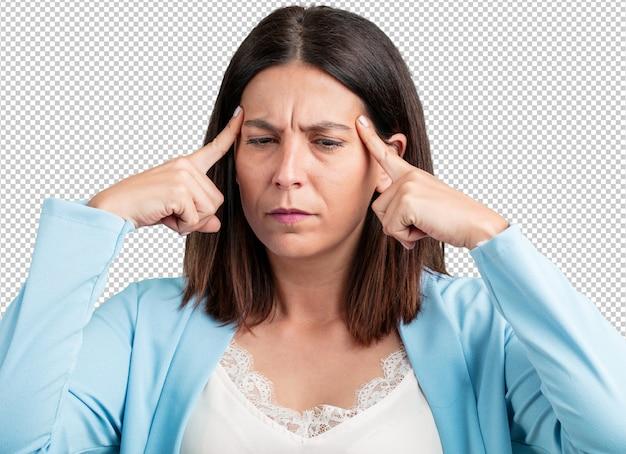 Meio envelhecido homem mulher fazendo um gesto de concentração, olhando para a frente focada em um objetivo
