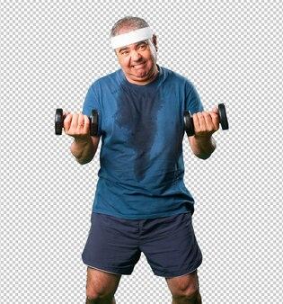 Meio homem envelhecido fazendo exercício com halteres