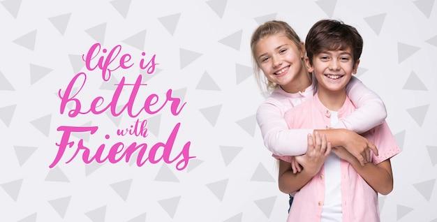 Melhor com amigos maquete de menino e menina