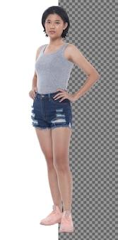 Menina asiática de adolescente de 15 anos 20 anos de comprimento total usar vestido colete e tênis de calça jeans curta, isolado. mulher magra e saudável em pé e postar um olhar confiante para a câmera, fundo branco do estúdio