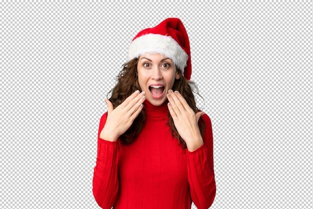 Menina com chapéu de natal com expressão facial de surpresa