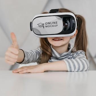 Menina com fone de ouvido de realidade virtual mostrando sinal de ok