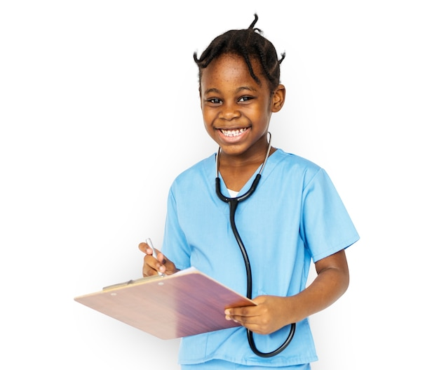 Menina com trabalho de emprego de médico sorrindo