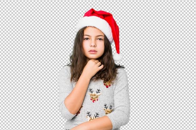 Menina comemorando o dia de natal sofre de dor na garganta devido a um vírus ou infecção.