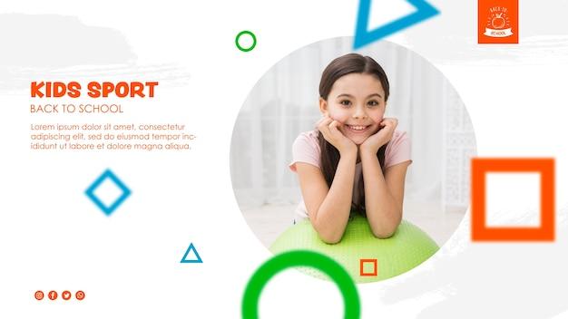 Menina feliz sobre uma bola de fitness para voltar para a escola