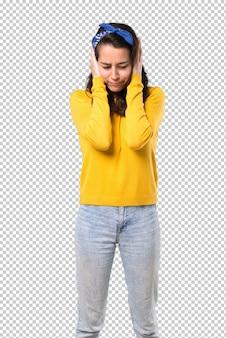 Menina jovem, com, amarela, suéter, e, azul, bandana, ligado, dela, cabeça, cobertura, ambos, orelhas, com, mãos