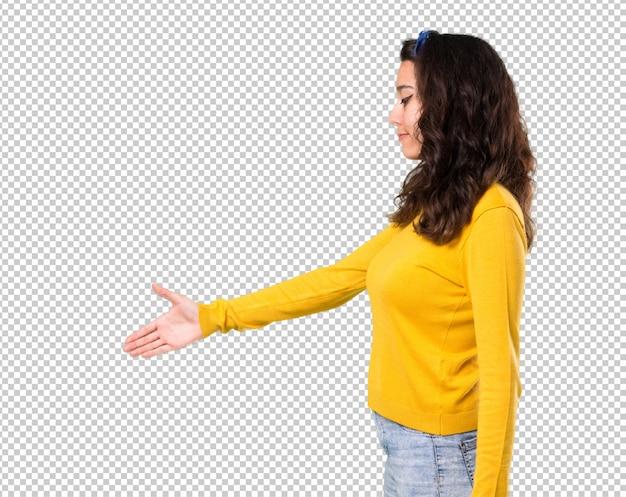Menina jovem, com, amarela, suéter, e, azul, bandana, ligado, dela, cabeça, handshaking, após, bom negócio