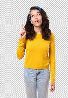 Menina jovem, com, amarela, suéter, e, azul, bandana, ligado, dela, cabeça pé, e, pensando uma idéia
