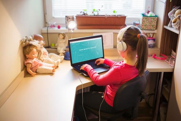 Menina jovem, usando computador portátil