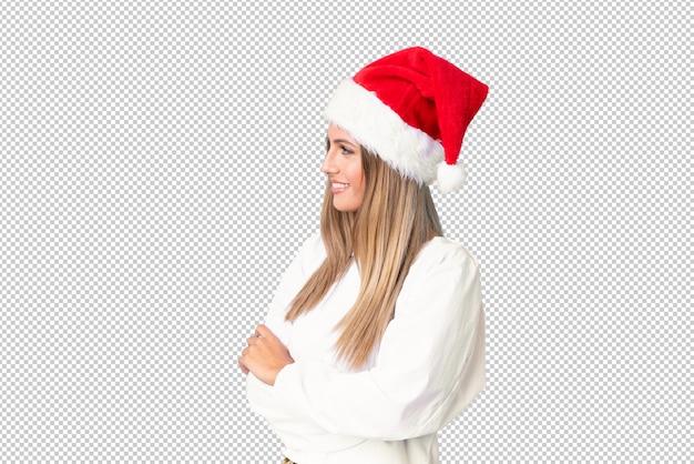 Menina loira com chapéu de natal, olhando para o lado