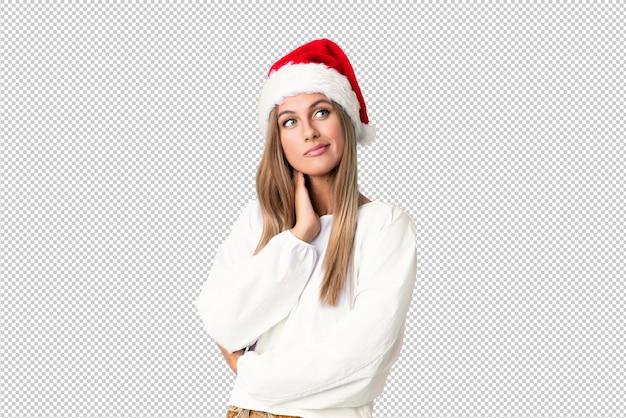 Menina loira com chapéu de natal, pensando uma idéia