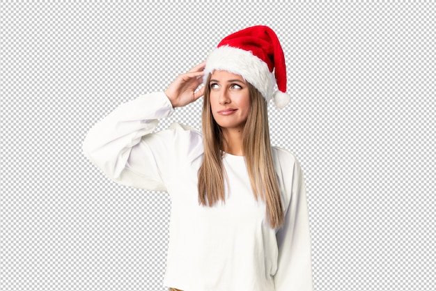 Menina loira com chapéu de natal, tendo dúvidas e com a expressão do rosto confuso