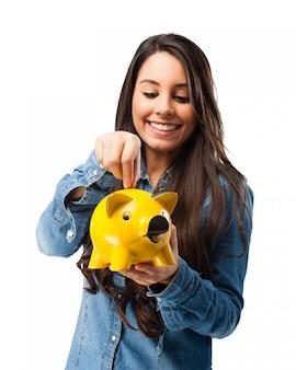 Menina poupar dinheiro para o futuro