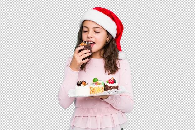 Menina segurando doces comemorando o dia de natal
