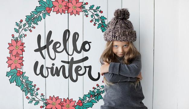 Menina sorridente maquete de inverno