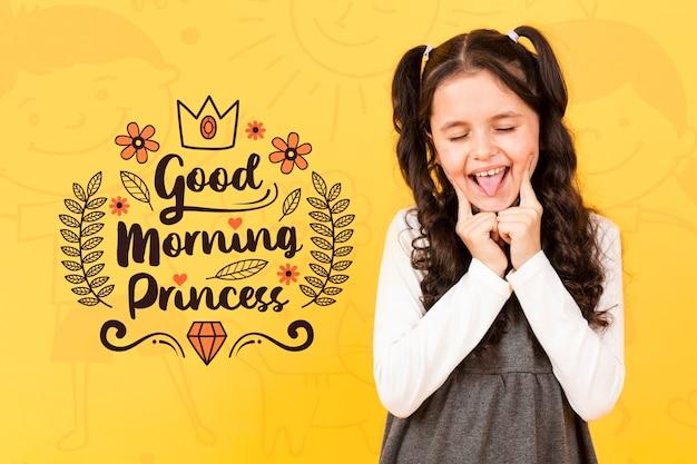 Menina sorridente posando enquanto toca suas bochechas