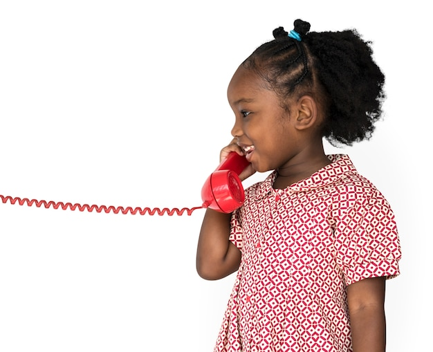 Menina sorrindo felicidade falando no telefone comunicação