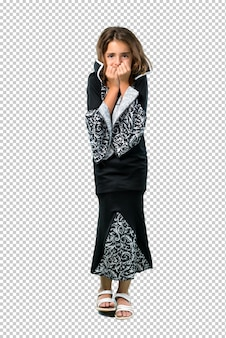 Menina vestida como um vampiro para as férias do dia das bruxas é um pouco nervoso e com medo