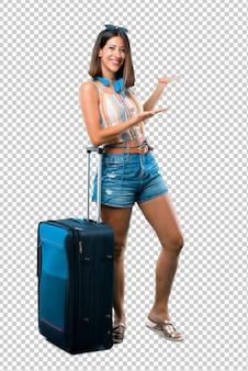 Menina viajando com sua mala apresentando e convidando para vir