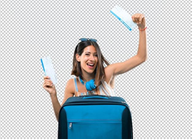 Menina viajando com sua mala segurando bilhetes aéreos