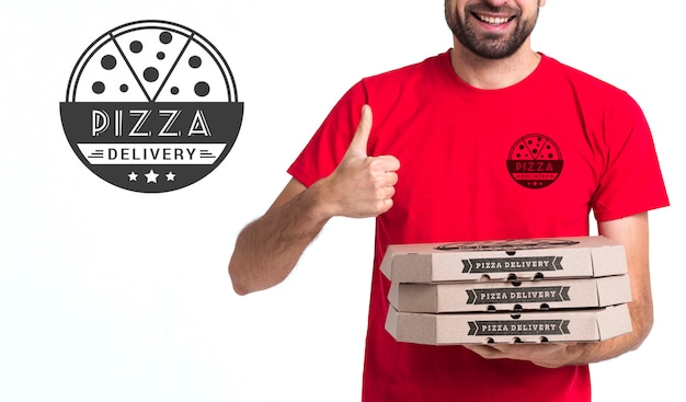 Menino de pizza courier segurando caixas e polegares