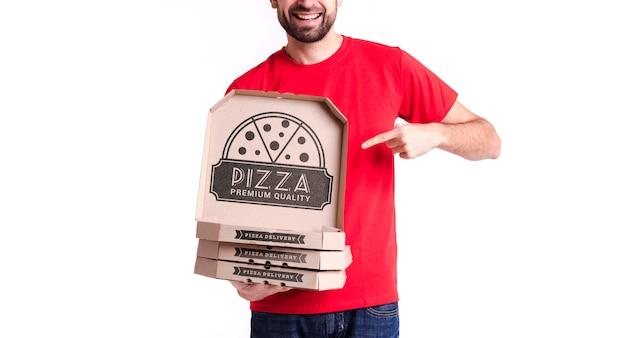Menino de pizza courier segurando caixas para entrega