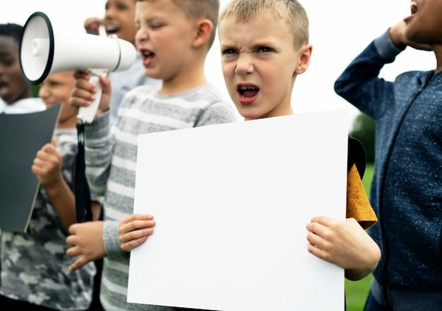 Menino jovem, mostrando, um, em branco, papel, em, um, protesto