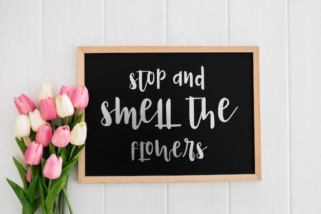 Mensagem bonita na maquete de conceito de primavera de quadro-negro