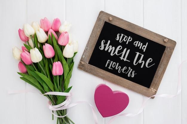 Mensagem bonita no conceito de primavera de quadro-negro